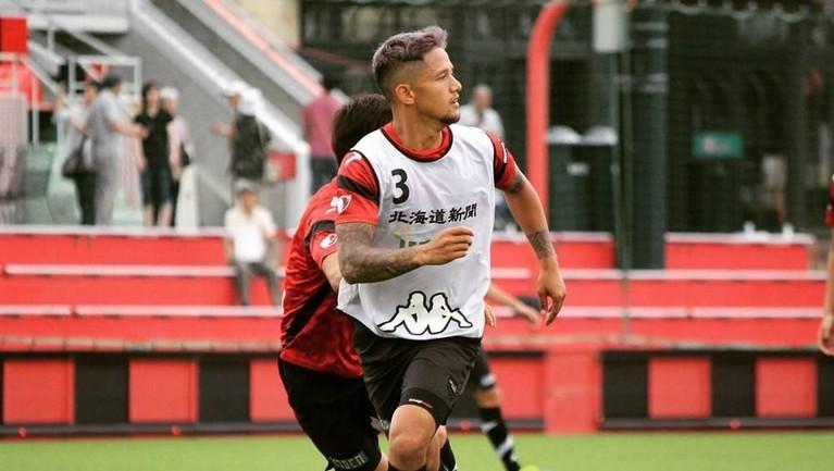 Irfan Bachdim tercatat pernah memperkuat klub Eropa, FC Utrecht dan HFC Haarlem, kini ia memperkuat Bali United.