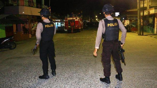 Kabid Humas Polda Metro Jaya Kombes Argo Yuwono mengungkapkan ada dua buah bom pipa besi yang ditemukan di lokasi.