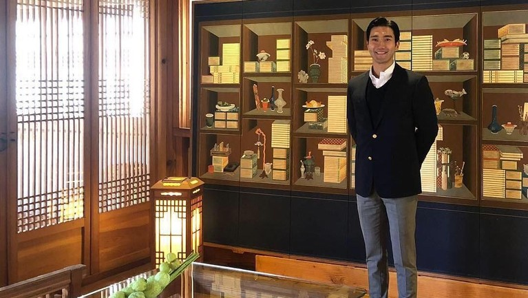 Gaya Siwon saat menghabiskan waktu akhir pekannya. Pria 32 tahun itu memakai jas hitam yang dipadukan dengan celana abu-abu.