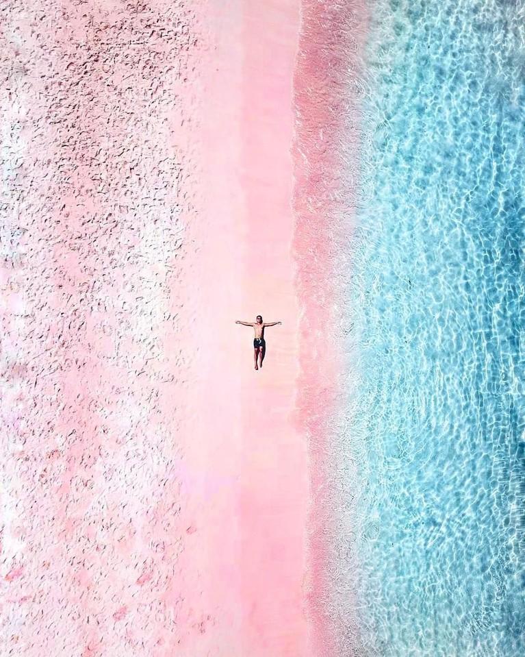 Pantai Pink yang berada di Pulau Lombok menjadi lokasi yang dikunjungi banyak artis Indonesia. Pantainya yang berwarna pink dengan laut biru yang jernih tentu menjadi fenomena yang unik dari alam nusantara.