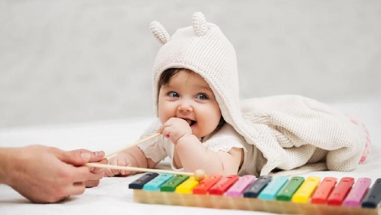 Selama dua tahun pertama, jangan hanya fokus pada pertumbuhan tinggi dan berat badan bayi, Bun. Imbangi dengan perkembangan kognigtifnya.