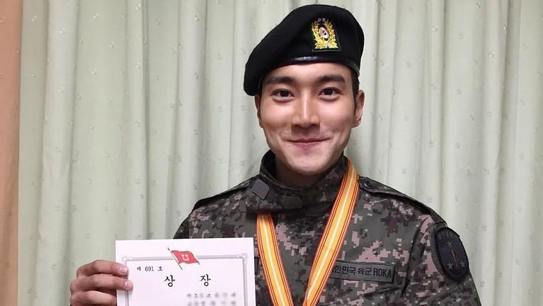 Sang pewaris utama Hyundai Departemen Store memamerkan surat lulus wajib militernya. Keren banget kan Siwon pakai seragam tentara Korea Selatan.