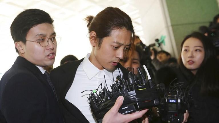 Jung Jong Young mendatangi Kantor Kepolisian Seoul Kamis (14/3).