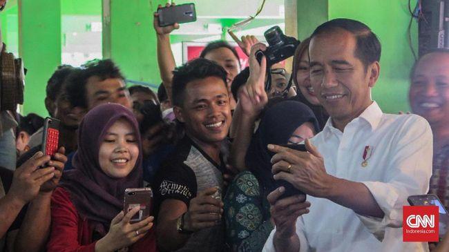 Jokowi sempat berbincang dengan seorang ibu penerima program PKH. Sat berdialog, ibu itu memuji ketampanan Jokowi dan sempat meminta uang ketika hendak joget.