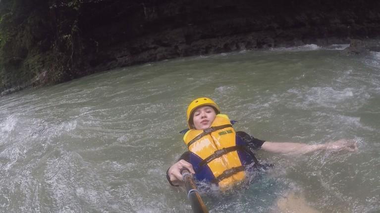 Michelle Joan juga ikutan berenang di aliran sungai yang seru sekaligus menegangkan.