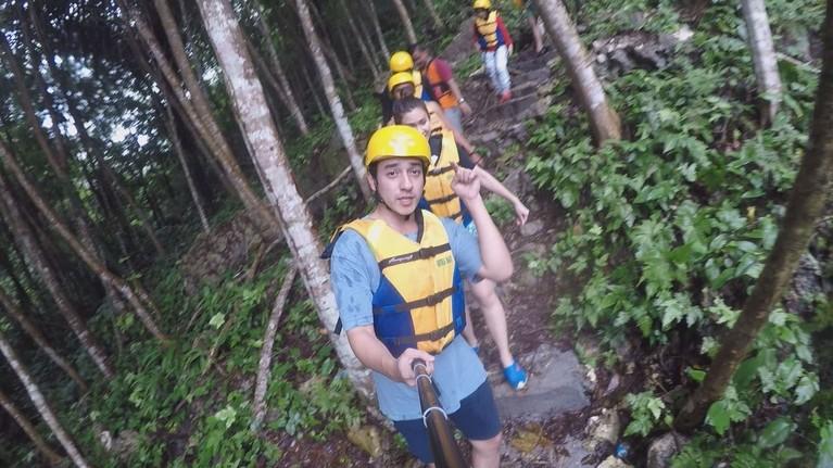 Sebelum sampai Green Canyon Pangandaran, para host Celebrity On Vacation menyusuri tebing yang curam.