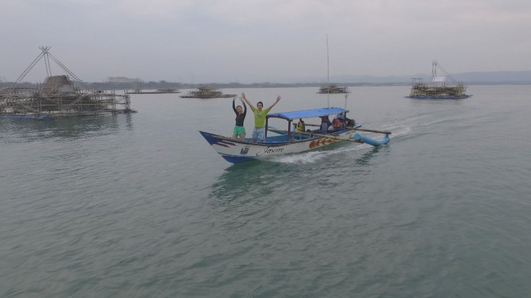 Tak lengkap rasanya bila Celebrity On Vacation tak mengunjungi Pasir Putih Pangandaran dengan menaiki perahu. Jangan lupa ya tonton keseruan mereka padaSabtu, 16 Maret 2019 pukul07.30 WIBhanya di Trans TV.