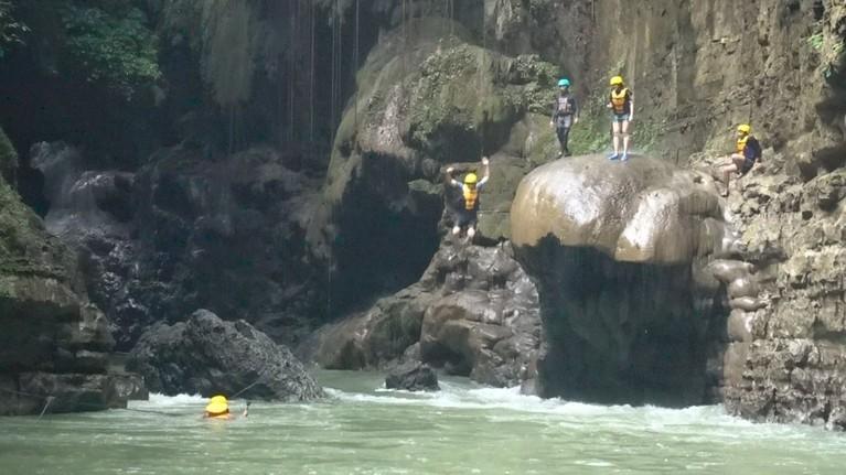 Brur! Para host Celebrity On Vacation melompat dari tebing dan merasakan segarnya air sungai Green Canyon Pangandaran.