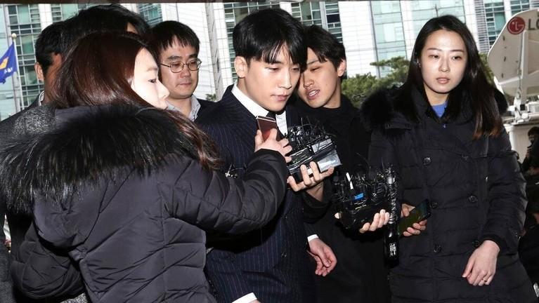Seungri juga menjalani pemeriksaan di kantor kepolisian Seoul.
