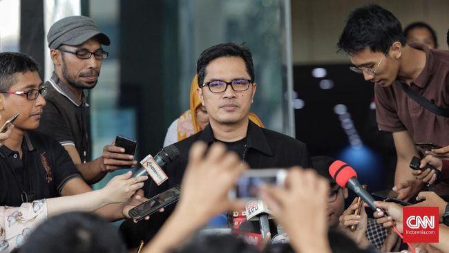 KPK mencegah dua pihak swasta ke luar negeri terkait kasus gratifikasi eks Bupati Cirebon Sunjaya Purwadisastra.