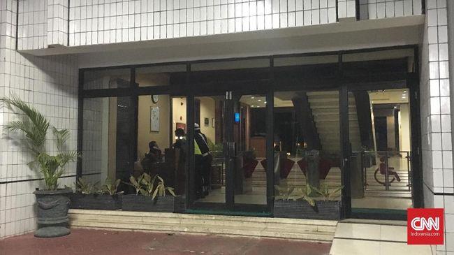 Petugas pengamanan gedung Kemenag melarang pewarta memasuki gedung dan mengabadikan ruang kerja Menag Lukman Hakim yang disegel KPK petang tadi.