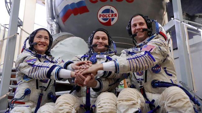 Wahana antariksa Soyuz MS-10 sukses menyentuh Stasiun Antariksa Internasional (ISS) pada Jumat (15/3) pagi dengan membawa tiga astronaut.
