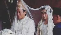 <p>Khidmat! Suasana akad nikah putra Dono Warkop, Damar Canggih Wicaksono dan Fauziah dengan busana pengantin serba putih. (Foto: Instagram @masari0)</p>