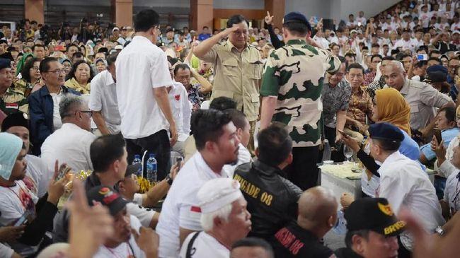 Calon presiden Prabowo berjalan dari podium lalu melakukan squat jump satu kali karena tidak bisa menyebut nama 84 jenderal.