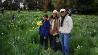 """<p><a href=""""https://inet.detik.com/cyberlife/d-4469339/kominfo-sudah-saring-500-konten-penembakan-brutal-di-new-zealand"""" target=""""_blank"""">Tantowi Yahya</a> dan keluarga menikmati pemandangan bunga-bunga bermekaran saat musim semi di Selandia Baru. (Foto: Instagram @tantowiyahyaofficial)</p>"""