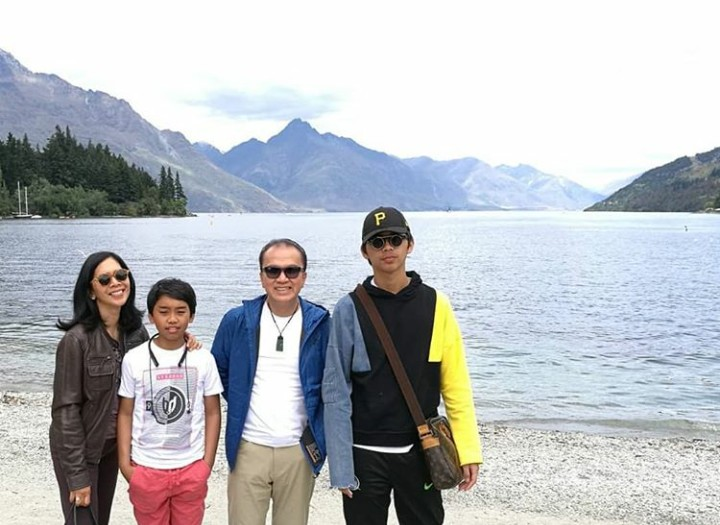 Kini Tantowi Yahya tinggal di Selandia Baru sebagat duta besar. Intip momen hangat bersama keluarganya, yuk.