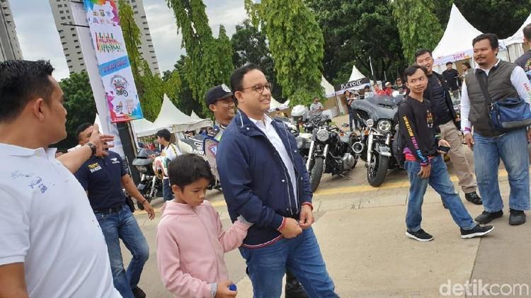 Keren nih, Gubernur DKI Jakarta Anies Baswedan mengisi akhir pekan dengan mengendarai motor gede bersama anak.
