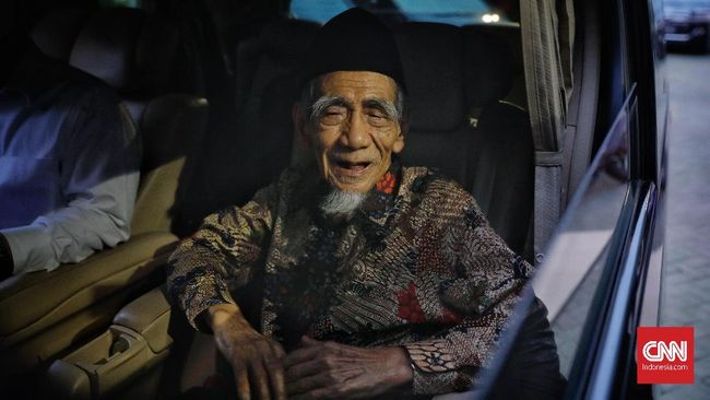 Budayawan Sudjiwo Tedjo mengungkapkan rasa iri sekaligus bangga pada Mbah Moen yang wafat saat menunaikan ibadah haji di Makkah, Arab Saudi, pada Selasa (6/8).