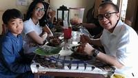 <p>Tak lupa dengan akarnya, begitu mengunjungi Indonesia, Tantowi mengajak si bungsu makan di sebuah rumah makan tradisional. (Foto: Instagram @tantowiyahyaofficial)</p>