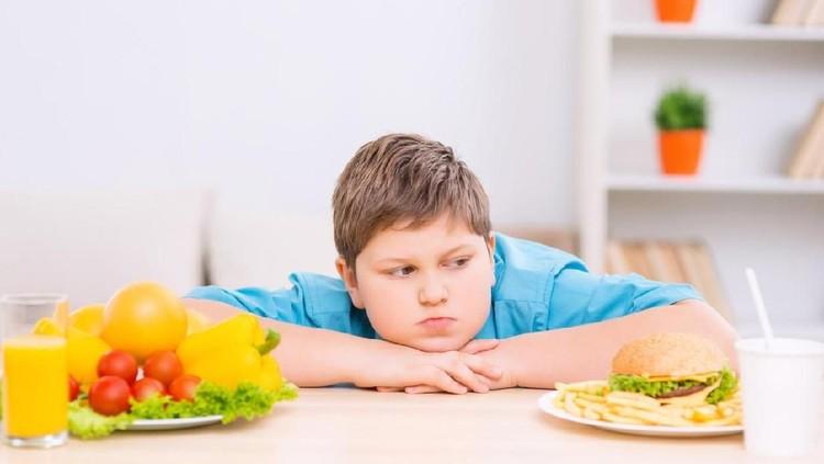 Studi menunjukkan bahwa obesitas pada anak-anak dan remaja dapat menjadi prediktor tidak hanya berat badannya di kemudian hari.