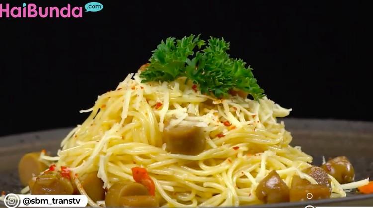 Mau masak spaghetti seenak di restoran? Intip dan coba olah resep spaghetti aglio olio berikut ini, Bun. Bahannya tak mahal, cara membuatnya pun mudah.