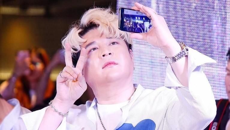 Shin Dong Hee lucu banget saat sedang ber-selfie, apa lagi rambutnya warnablonde.