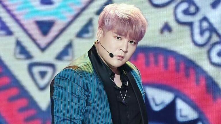 Shin Dong Hee terlihat lucu dengan potongan rambut poni berwarna pink seperti ini.