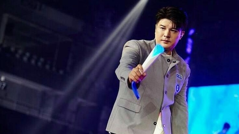 Shin Dong Hee kelihatan macho saat memakai jas seperti ini, apalagi potongan rambutnya juga keren.