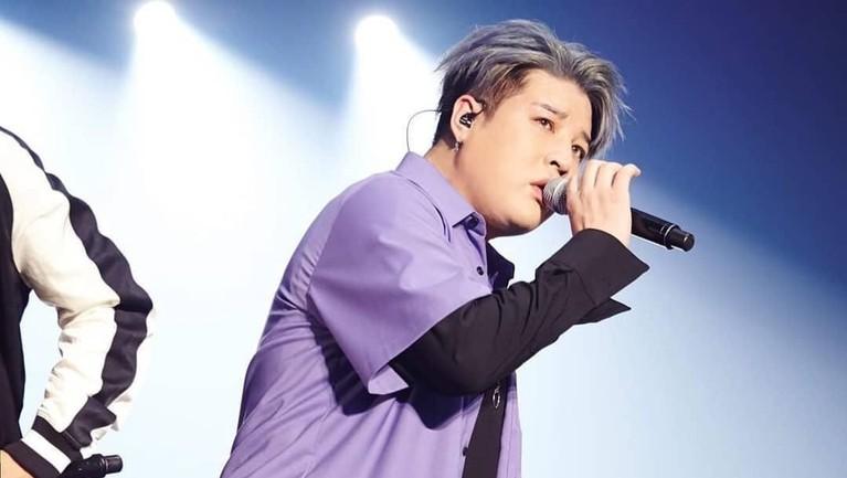 Personil Super Junior bertubuh gendut ini terlihat lucu dengan kemeja berwarna ungu lavender.