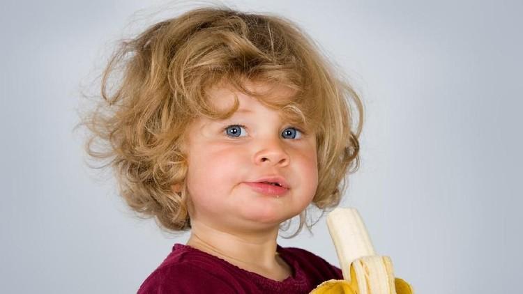 Dalam keseharian, ada anggapan pemberian pisang pada anak bisa membantu mereka tidur lebih nyenyak. Hmm, apa benar seperti itu?