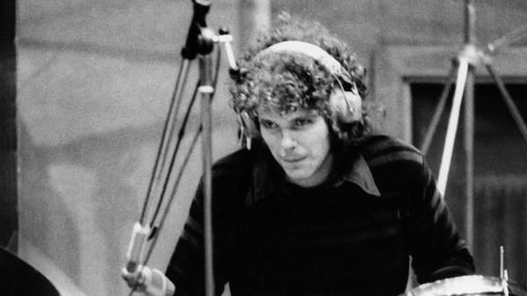 Drummer Jim Gordon membunuh sang ibunda dengan cara memukulnya dengan kayu. Ia diketahui mengidap penyakit schizophrenia yang membuatnya sering berhalusinasi.