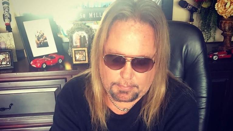 Musisi Vince Neil menabrak orang hingga tewas. Ia mengendarai kendaraannya dalam keadaan mabuk. Atas perbuatannya tersebut, Neil ditahan selama satu bulan, wajib membayar denda, dan menyantuni keluarga korban.