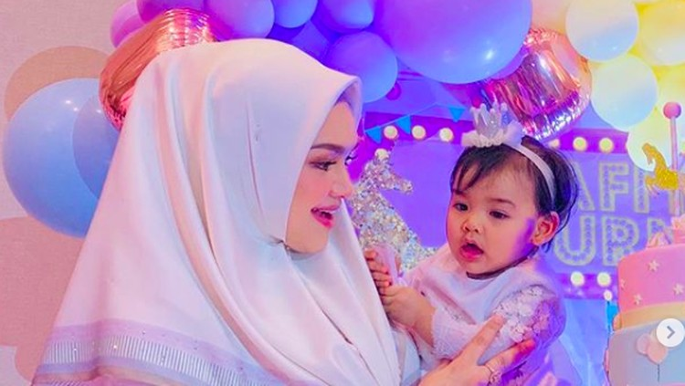 Putri pertama Siti Nurhaliza, Siti Aafiyah, hari ini Selasa (19/3) genap berumur 1 tahun. Doa pun dipanjatkan Siti untuk si kecil.