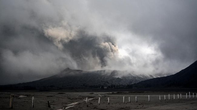BPBD Provinsi Jawa Timur melaporkan Gunung Bromo sempat mengalami erupsi pada Jumat (19/7) sekitar pukul 16.37 WIB dan berangsur-angsur kondusif.