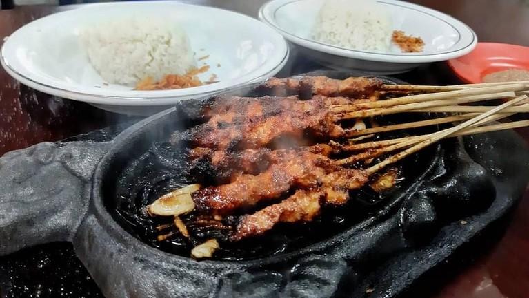 Selain nasi goreng, sate juga menjadi salah satu makanan favorit bagi artis luar negeri, salah satunya Park Bo Gum.
