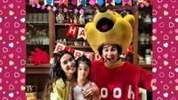 <p>Di perayaan ulang tahun ke-5 Jizzy pada Juli 2018, Vino memberi kejutan dengan menjadi tokoh Winnie The Pooh. Seru ya? (Foto: Instagram @vinogbastian__)</p>