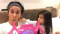 <p>Siap-siap main <em>make up princess</em> ala Jizzy dan Ayah Vino. Siapa mau<em> ikutan</em>? (Foto: Instagram @vinogbastian__)</p>