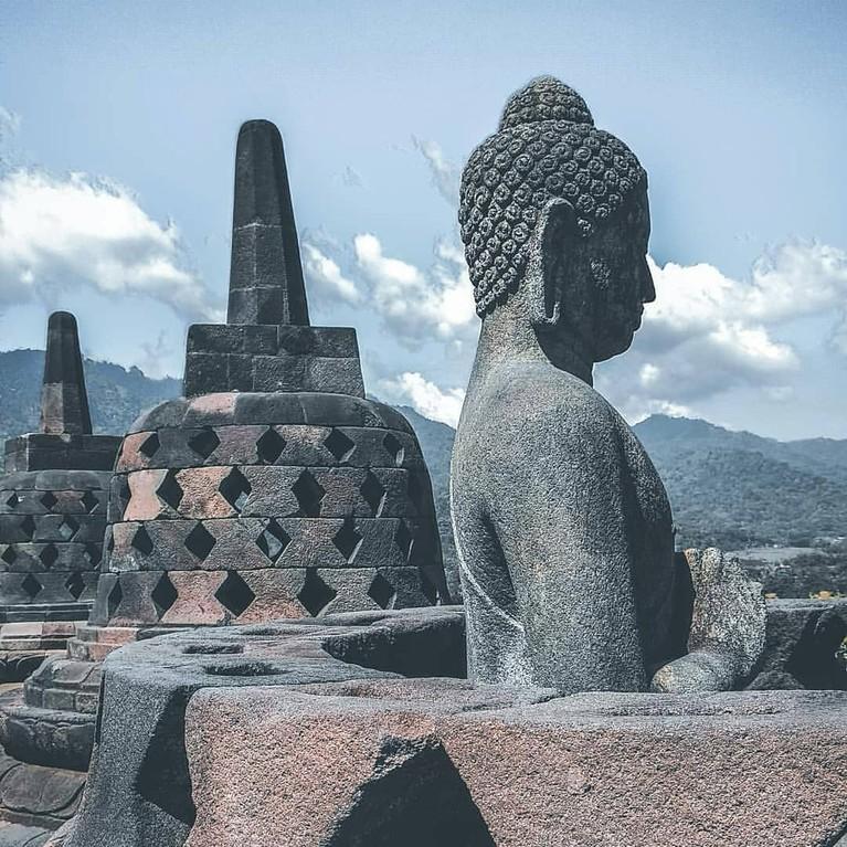 Dengan lanskap pemandangan Borobudur yang memanjakan mata ini, berapa banyak ya selfie dari dua boyband tersebut, insertizen?