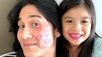 <p><em>Kiss...kiss...kiss..</em>.ungkapan cinta Jizzy ke ayah tercinta dengan kecupan manis dari bibirnya yang merah merona. (Foto: Instagram @vinogbastian__)</p>