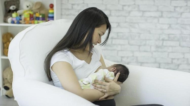 Bayi prematur sebaiknya diberikan ASI eksklusif agar organ tubuhnya cepat berkembang. Simak cara menyusui yang tepat yuk, Bun.