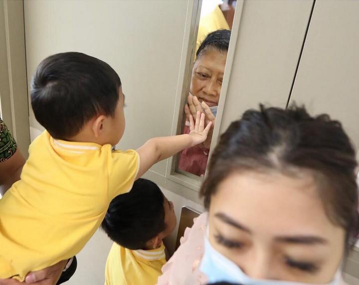 Dukungan keluarga jadi kekuatan Ani Yudhoyono selama menjalani pengobatan. Berikut momen haru saat suami, anak, menantu, sampai cucu, kala merawat Memo.