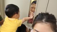 <p>Sedih, ketika Ani Yudhoyono dan cucu-cucunya terpisahkan oleh kaca. Lekas sehat ya, Memo. (Foto: Instagram @aniyudhoyono)</p>