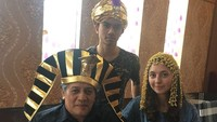 <p>Bergaya ala orang Mesir. Si anak gadis sudah mirip Cleopatra belum, Bun? (Foto: Instagram/ @niaparamita__)</p>
