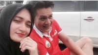 <p>Kompak bersama istri tercinta pakai kostum Persija nih, Bun. (Foto: Instagram/ @niaparamita__)</p>