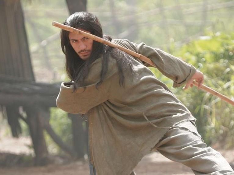 Reza Rahadian memerankan karakter Biru dalam film Pendekar Tongkat Emas. Ia terlihat dengan penampilan rambut panjang.