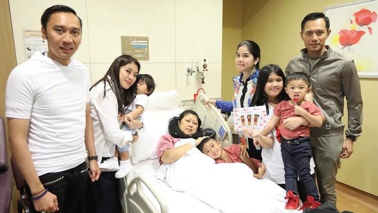 Ani Yudhoyono mengaku tak bisa selalu tersenyum. Namun, dia berusaha untuk menunjukkannya di depan keluarga juga masyarakat yang selama ini mendukungnya.