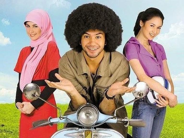 Penampilan Reza Rahadian dengan rambut kribonya saat membintangi film 3 Hati Dua Dunia, Satu Cinta.