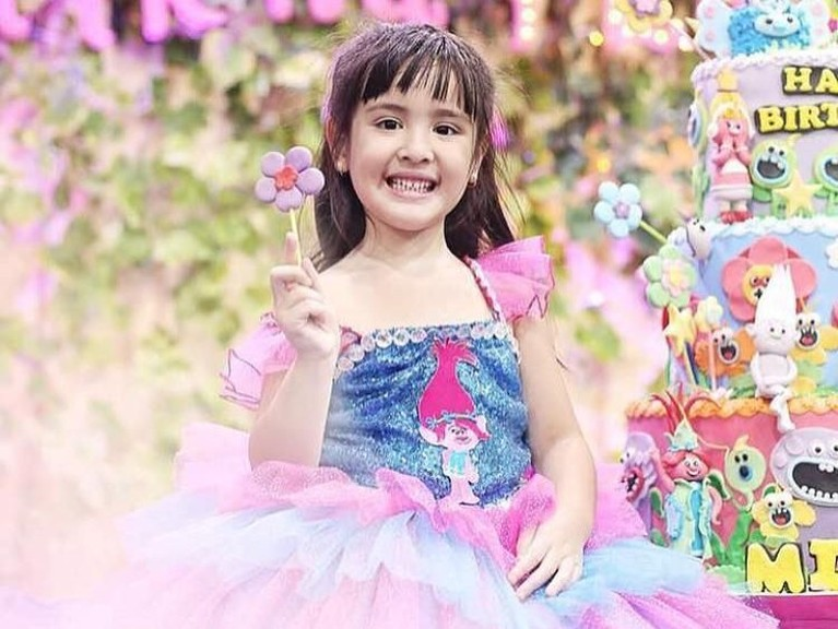 Gaya Mikhayla saat merayakan ulang tahun kelimanya. mengusung tema film Trolls, ia terlihat cantik dengan gaun warna merah muda dan biru.