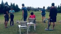 <p>Momenketika Gusti Randa menjadi pelatih golf anak-anaknya. Yang sabar ya <em>coach</em>, he-he-he. (Foto: Instagram/ @niaparamita__)</p>