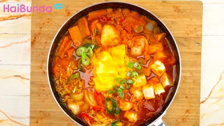 Bunda dan keluarga penikmat makanan Korea perlu mencoba kuliner yang satu ini nih: Budae Jigae yang rasanya bikin penasaran.
